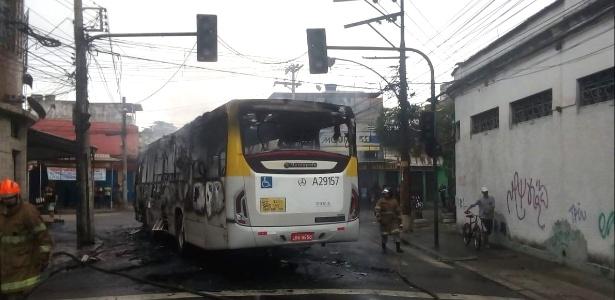Ônibus é queimado por desconhecidos após operação policial na zona norte do Rio - Cento de Operações Rio