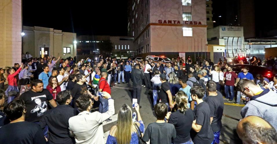 6.set.2018 - Simpatizantes do candidato à Presidência do PSL, Jair Bolsonaro, realizam oração diante da Santa Casa de Juiz de Fora (MG) para onde o presidenciável foi levado depois de ter sido esfaqueado em ato de campanha na cidade mineira, nesta quinta-feira, 6