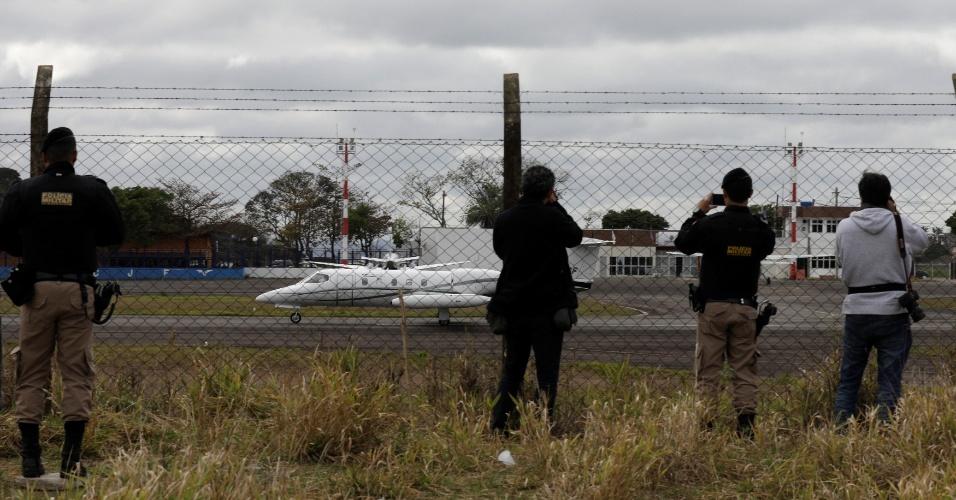 7.set.2018 - Policiais militares e fotógrafos registram momento em que o avião que transporta Jair Bolsonaro (PSL) de Juiz de Fora (MG) para São Paulo decola do Aeroporto de Serrinha. Bolsonaro foi esfaqueado na quinta-feira (7) durante ato de campanha