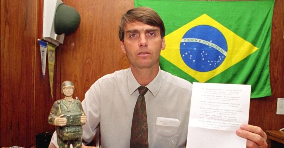 4.ago.1995 - O então deputado Jair Bolsonaro em seu gabinete na Câmara