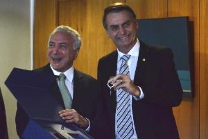 Temer diz entregar a Bolsonaro país