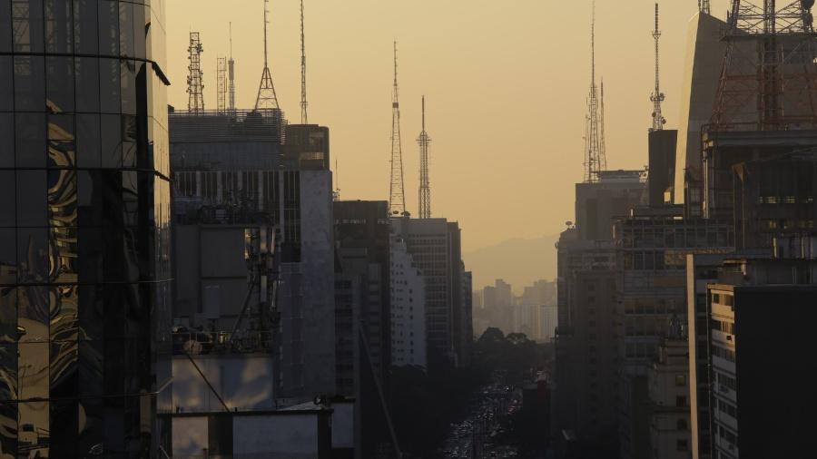 Clima seco e camada de poluição na cidade de São Paulo a partir da avenida Paulista; marco zero, o bairro da Sé foi considerado o mais poluído