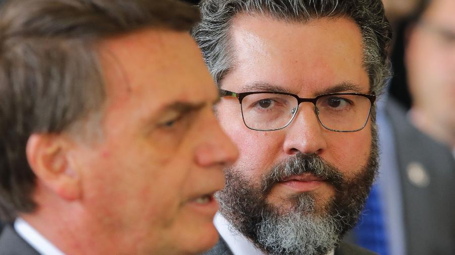 O presidente Jair Bolsonaro e o ministro de Relações Exteriores Ernesto Araújo - Sergio Lima/AFP
