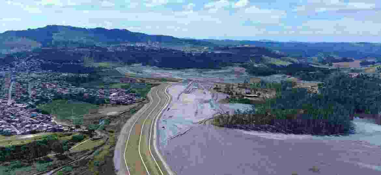 Imagem aérea mostra a barragem do Pontal, construída próxima à área urbana de Itabira (MG) - Vinícius de Souza/O Trem Itabirano