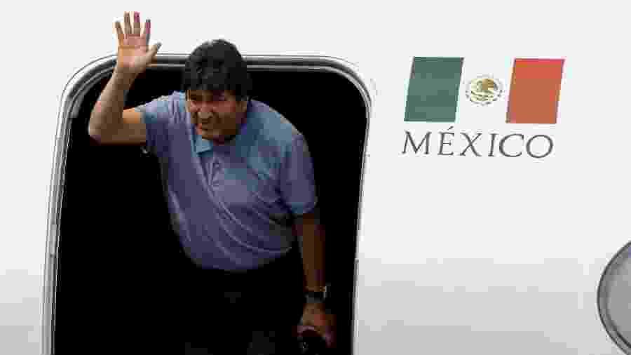 O ex-presidente da Bolívia, Evo Morales, acena durante sua chegada na Cidade do México, México - Luis Cortes/Reuters