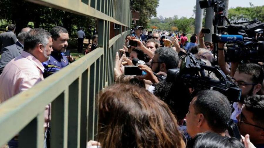 Não está claro se houve uma invasão ou se uma parte dos diplomatas que representam o governo Maduro desertaram e convidaram os apoiadores de Guaidó - Sergio Moraes/Reuters
