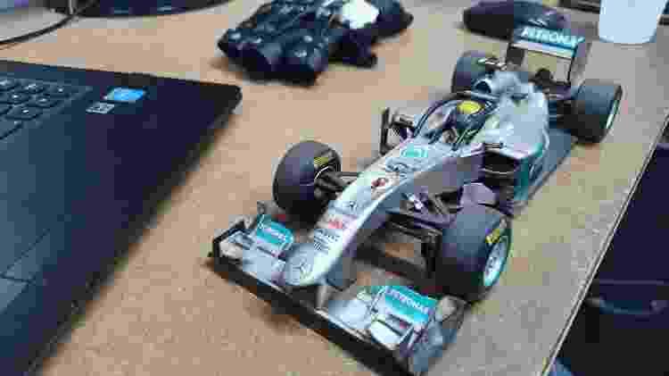 Carro de Fórmula 1 com halo protegendo o cockpit do piloto fica na mesa de trabalho de Bira - Thiago Varella/ UOL - Thiago Varella/ UOL