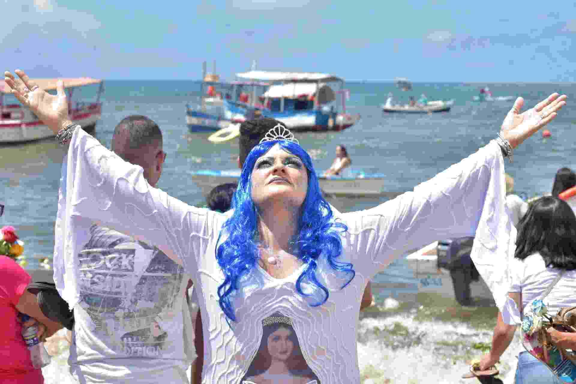 Devoto vestido de Iemanjá, no Rio Vermelho em Salvador (BA) - ENALDO PINTO/FUTURA PRESS/ESTADÃO CONTEÚDO