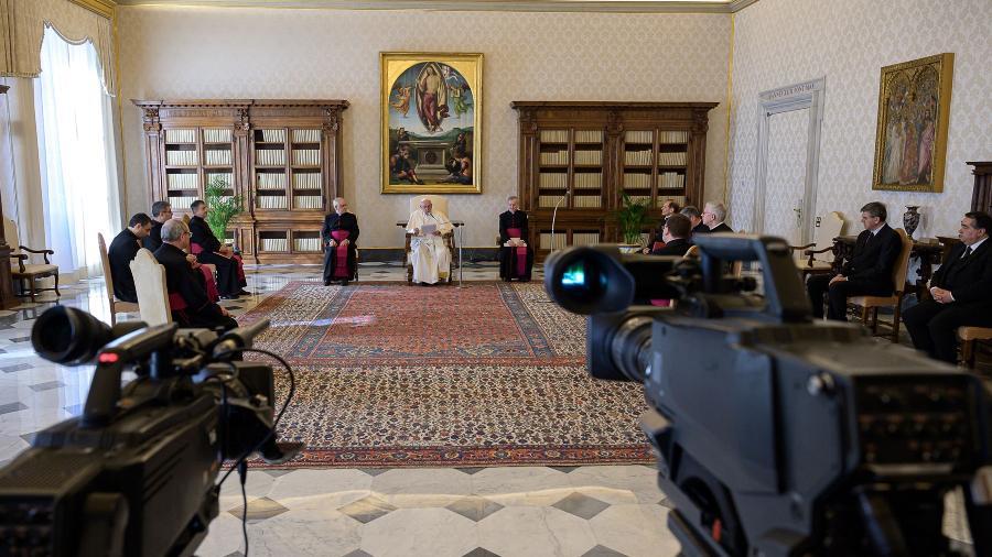 O papa Francisco celebra cerimônia na Biblioteca do Palácio Apostólico, longe dos fieis, como medida para evitar novas transmissões do novo coronavírus - Divulgação Vaticano/AFP