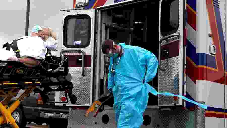 Com equipamentos protetores, paramédicos transportam paciente com suspeita de coronavírus em Shawnee, Oklahoma (EUA) - Nick Oxford