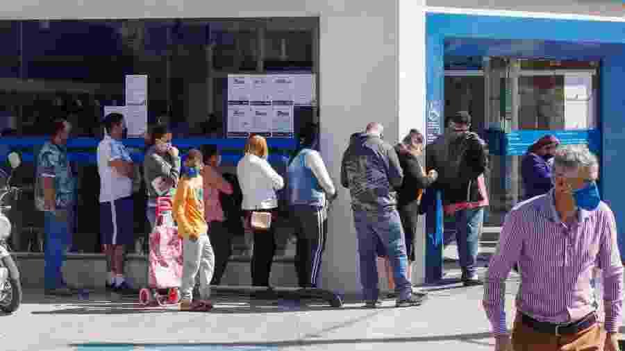 25.mai.2020 - Agência da Caixa Econômica Federal em Osasco (SP) registra fila; população busca pelo auxílio emergencial - Mineto/Futura Press/Estadão Conteúdo