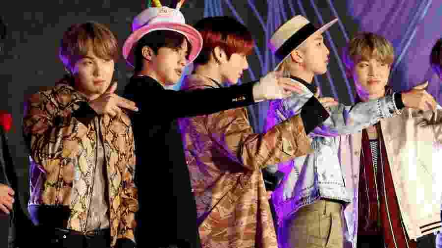 Suga, Jin, Jungkook, RM e Jimin, os integrantes do BTS; lei permitir músicos adiar apresentação ao serviço militar - KIM KYUNG-HOON