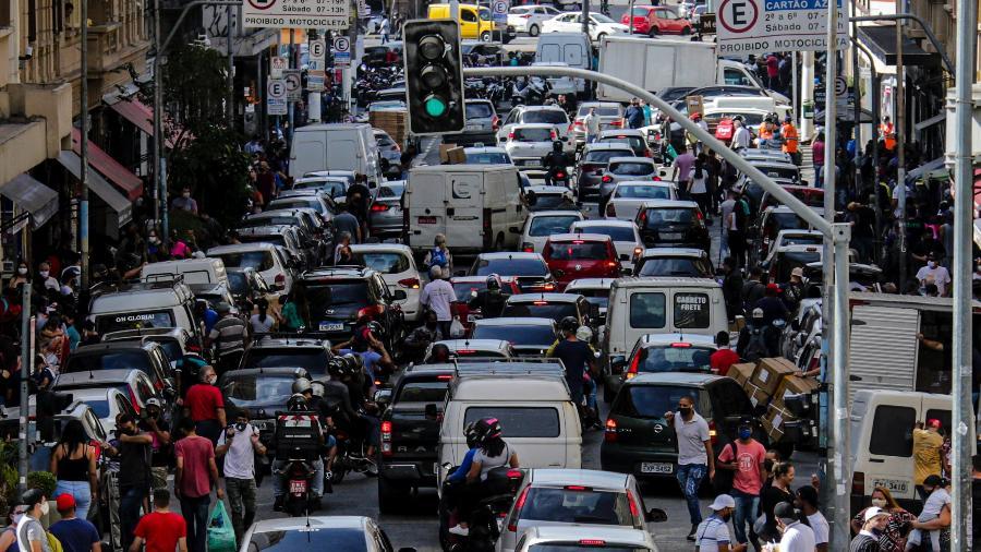 11.jun.2020 - Movimentação de veículos e pessoas em uma das ruas de comécio da região da 25 de Março - SUAMY BEYDOUN/AGIF - AGÊNCIA DE FOTOGRAFIA/ESTADÃO CONTEÚDO
