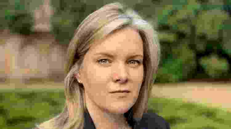 A detetive de DNA Julia Bell tomou para si desafio de encontrar pais de Tony - BBC - BBC