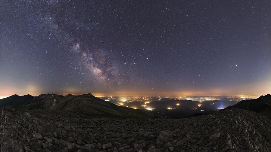 Estrelas e nebulosa da Via Láctea são vistas do parque nacional Uludag, na Turquia - Tunç Tezel (TWAN)