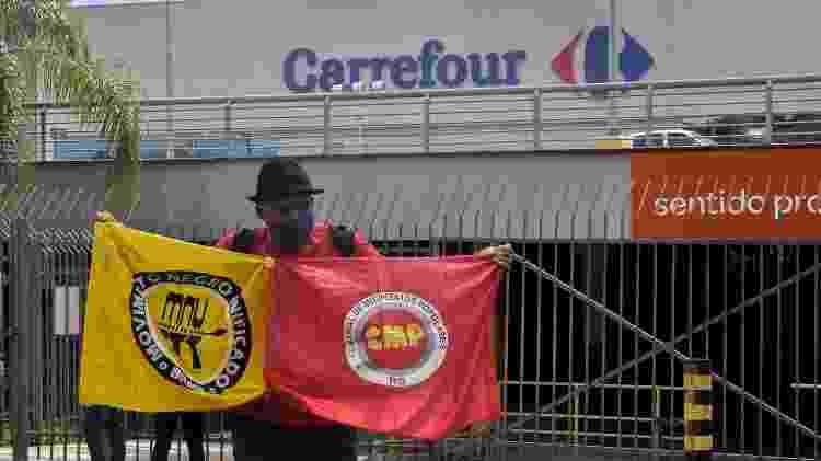 Homem protesta em frente ao Carrefour onde João foi espancado e morto - Gustavo Aguirre/TheNews2/Estadão Conteúdo - Gustavo Aguirre/TheNews2/Estadão Conteúdo