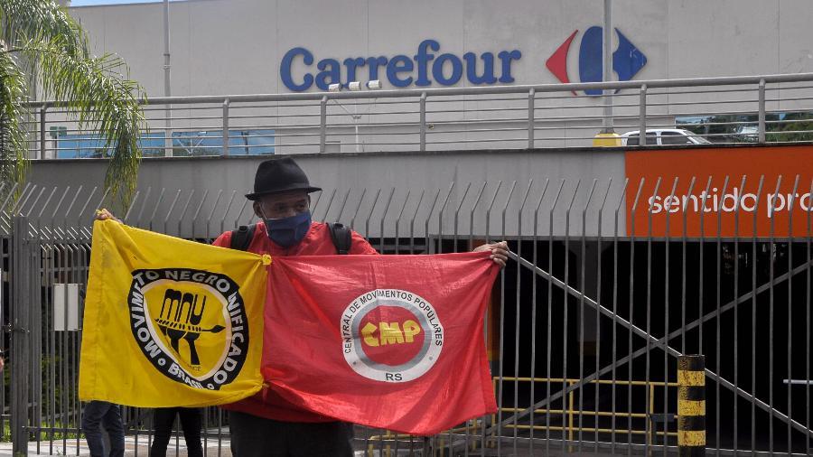 19 nov. 2020 - Homem protesta em frente ao supermercado da rede Carrefour, em Porto Alegre (RS), onde um homem negro foi espancado e morto por dois homens brancos - Gustavo Aguirre/TheNews2/Estadão Conteúdo