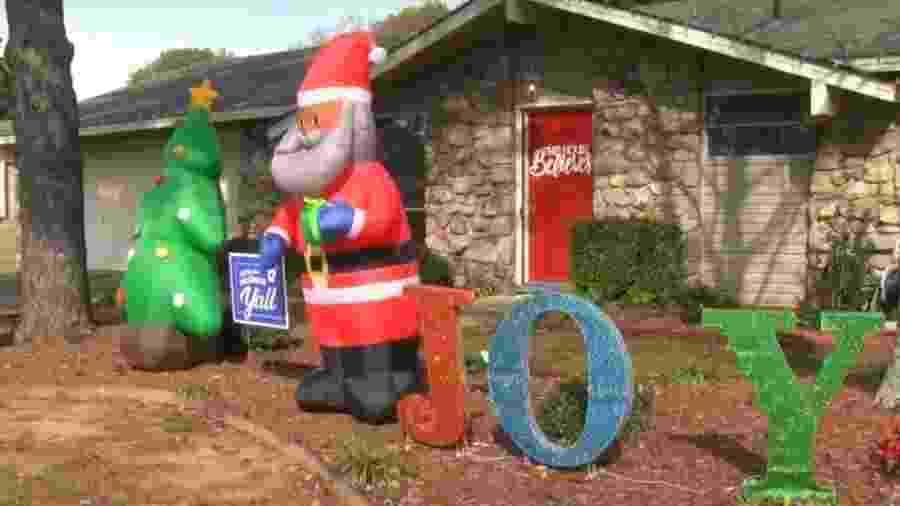 Decoração em jardim de cidadão do Arkansas (EUA) foi interpretada de maneira negativa por vizinhos - Reprodução/KARK TV