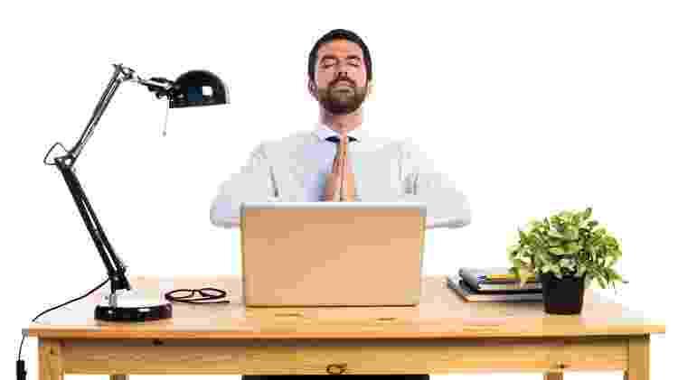 Homem executivo faz meditação oração em mesa de escritório - Luis Molinero/ Freepik - Luis Molinero/ Freepik