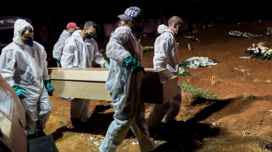 Segundo o consórcio de veículos de imprensa, a média móvel de mortes no Brasil ficou em 2.860 - VINCENT BOSSON/FOTOARENA/FOTOARENA/ESTADÃO CONTEÚDO