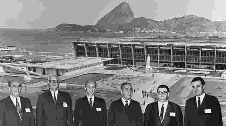 Membros da comitiva do FMI com o então presidente do Brasil, general Artur Costa e Silva, e o ministro da Fazenda, Delfim Netto: ditadura militar recorreu várias vezes aos empréstimos - World Bank Group - World Bank Group
