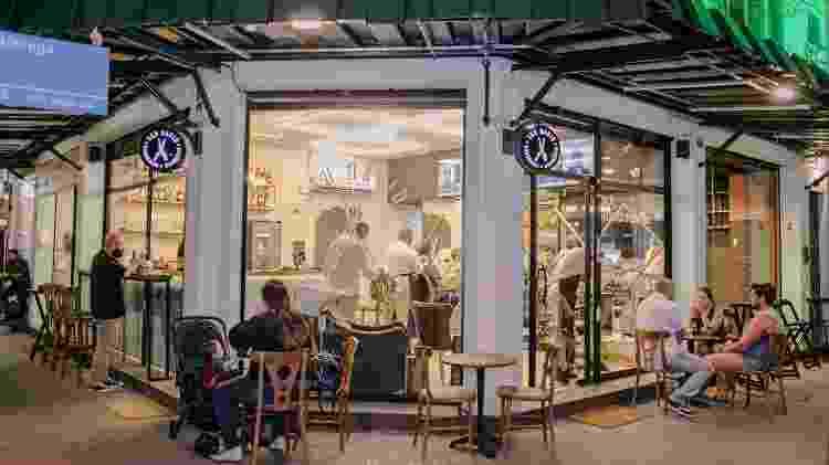 A Barbearia&Drinkeria Seu David fica em Niterói (RJ) num espaço todo envidraçado - Divulgação/Karina Martini - Divulgação/Karina Martini