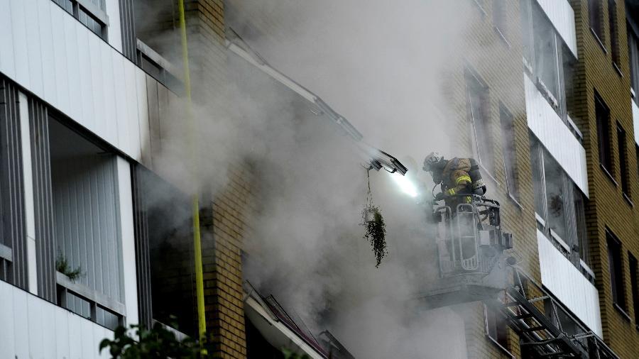 28.set.2021 - Uma equipe de serviços de emergência trabalha para evacuar o prédio e apagar o fogo depois que uma explosão atingiu um prédio residencial no centro de Gotemburgo, na Suécia - Larsson Rosvall/TT News Agency/REUTERS