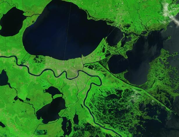 28.ago.2015 - Pântanos e manguezais que protegem Nova Orleans do Golfo do México, nos Estados Unidos, ainda mostram evidências da ira do furacão Katrina, que atingiu a região em 29 de agosto de 2005. As zonas úmidas que circundam Delacroix, uma vila de pescadores, foi um dos lugares mais atingidos pelo furacão. Arrebentação, ventos fortes e uma potente tempestade transformou a região em tapetes de grama morta e moveu sedimentos para outras áreas. O Katrina também ampliou drasticamente os lagos, incluindo o Léry e o Petit, assim como, criou novos canais e áreas pantanosas. Nesta imagem feita do espaço em 2015 por um satélite da Nasa, a vegetação danificada voltou à sua cor normal, mas os cursos de água permanecem alargados