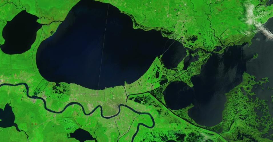 28.ago.2015 - Pântanos e manguezais que protegem Nova Orleans do Golfo do México, nos Estados Unidos, ainda mostram evidências da ira do furacão Katrina, que atingiu a região em 29 de agosto de 2005. As zonas úmidas que circundam Delacroix, uma vila de pescadores, foi um dos lugares mais atingidos pelo furacão. Arrebentação, ventos fortes e uma potente tempestade transformaram a região em tapetes de grama morta e moveu sedimentos para outras áreas. O Katrina também ampliou drasticamente os lagos, incluindo o Léry e o Petit, assim como criou novos canais e áreas pantanosas. Nesta imagem feita do espaço em 2015 por um satélite da Nasa, a vegetação danificada voltou à sua cor normal, mas os cursos de água permanecem alargados