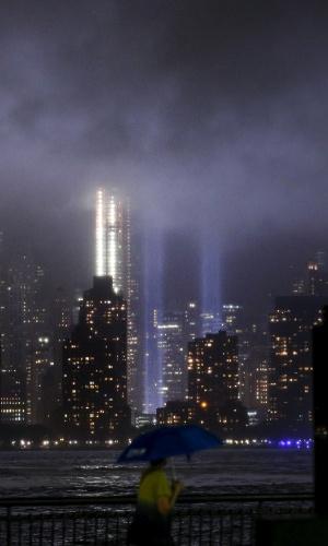 11.set.2015 - Trbibuto em homenagem às torres gêmeas derrubadas no atentado de 11 de setembro de 2001 passa por testes na noite desta quinta-feira (10) em Nova York. O ataque comandado pela rede Al Qaeda contra as torres do World Trade Center completa 14 anos nesta sexta-feira