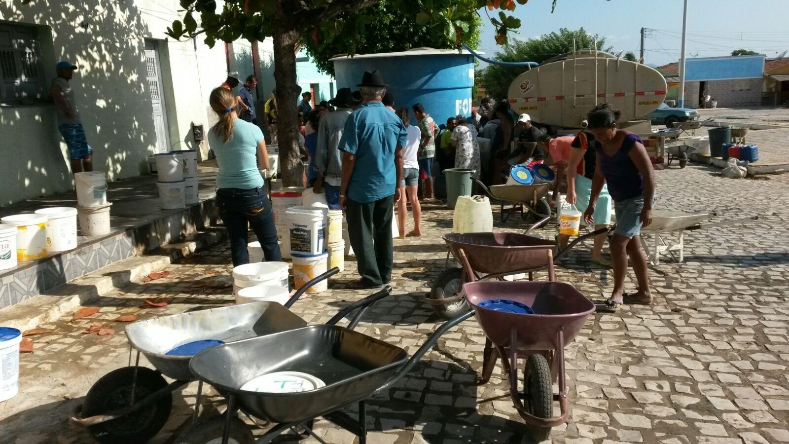 Filas de moradores para pegar água distribuída em carros-pipas em Luís Gomes (RN)