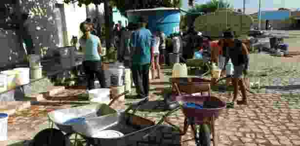 Filas de moradores para pegar água distribuída em carros-pipas em Luís Gomes (RN) - Moesio Marinho/Divulgação
