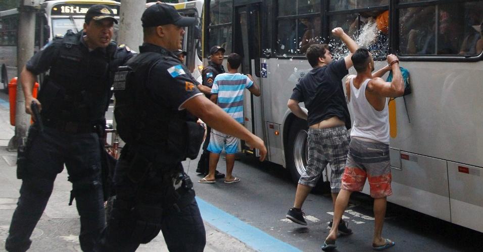 20.set.2015 - Jovens de classe média em Copacabana entram em confronto com os que iam nos ônibus para zona norte na avenida Nossa Senhora de Copacabana