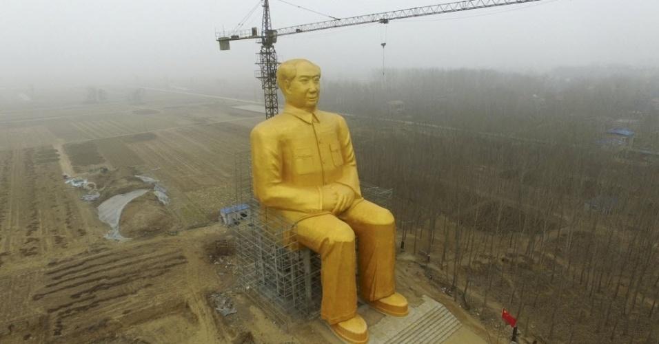 4.jan.2016 - Uma estátua do ex-presidente do Partido Comunista Chinês Mao Tse-tung (morto em 1976) é construída perto de campos de cultivo em Henan, China. De acordo com moradores, vários empresários destinaram cerca de 3 milhões de yuans (460 mil dólares) para construir uma estátua de 36,6 metros de altura coberta de tinta dourada
