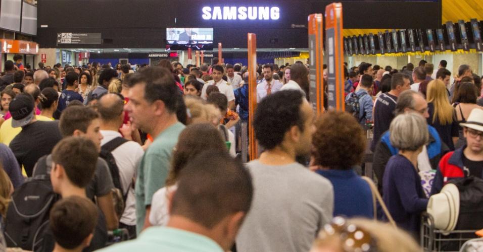 16.jan.2016 - Passageiros lotam o saguão do aeroporto de Congonhas, na zona sul de São Paulo, neste sábado. Com o mau tempo na capital paulista e também no Rio de Janeiro, para onde se destinam a maioria dos voos do aeroporto, muitos saídas tiveram atraso ou precisaram ser canceladas