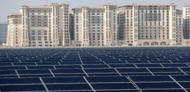 Painéis solares no entorno de Masdar, eco-cidade projetada em Abu Dhabi