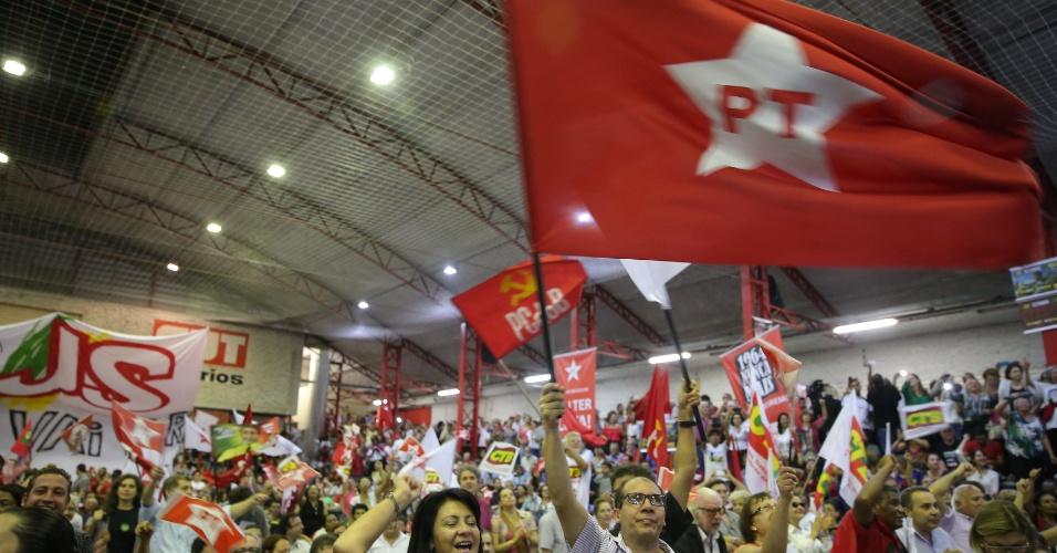 4.mar.2016 - Bandeira do PT (Partido dos Trabalhadores) tremula na quadra do Sindicato dos Bancários, onde apoiadores de Lula se reúnem em São Paulo para defender o ex-presidente. Luiz Inácio Lula da Silva é o principal investigado da 24ª fase da Operação Lava Jato e prestou depoimento na Polícia Federal