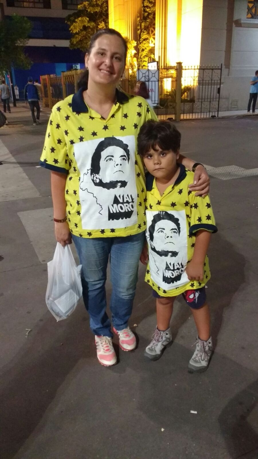 13.mar.2016 - No protesto contra o governo em São Paulo, Luciana Rodrigues e o filho vestiam camisas em apoio ao juiz Sérgio Moro, da Lava Jato, e contra o governo Dilma