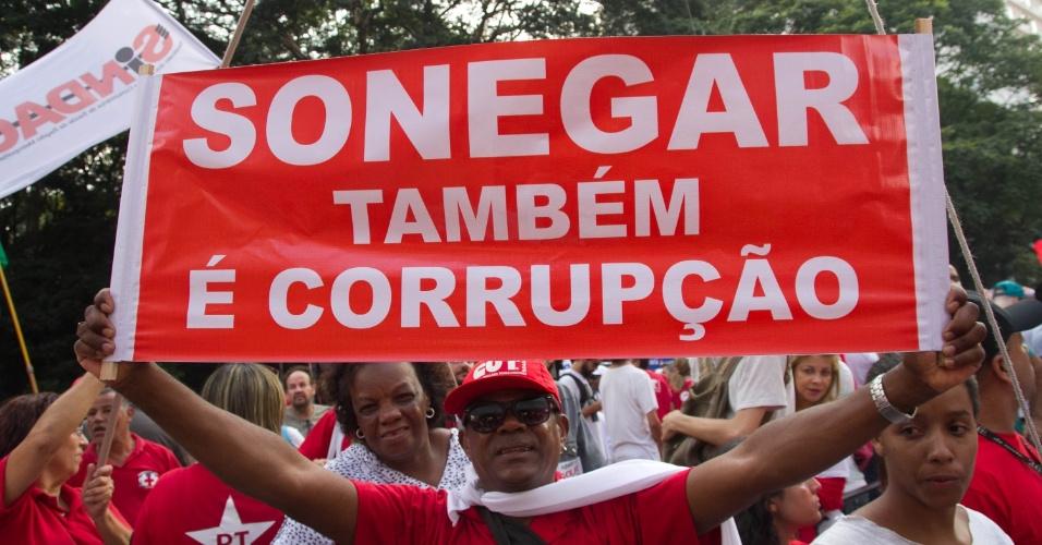 """18.mar.2016 - Manifestante na avenida Paulista, em São Paulo, ironiza quem exige combate à corrupção sem também agir na lei: """"sonegar também é corrupção"""""""