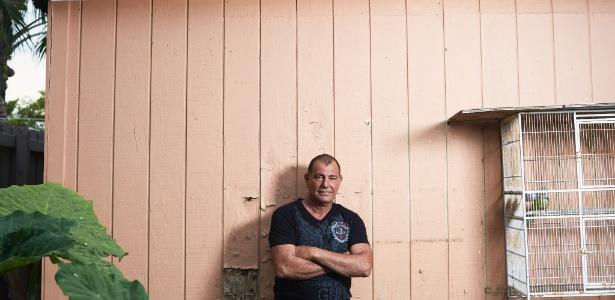 Rene Arocha, que era uma estrela da seleção cubana de beisebol quando desertou para os EUA, em 1991, em sua casa em Miami (Flórida)