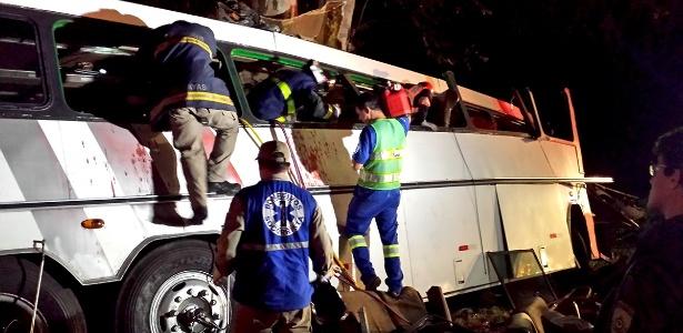 Paramédicos socorrem passageiros de ônibus acidentado em Campo Mourão (PR) após tentativa de assalto