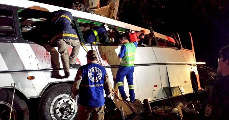 """9.abr.2016 - Uma tentativa de assalto a um ônibus com """"sacoleiros"""" vindos do interior paulista ocasionou um acidente com ao menos 10 mortes e dezenas de feridos na BR 369, entre as cidades de Campo Mourão (512 km de Curitiba) e Mamborê (476 km), no interior do Paraná. O ônibus bateu em eucaliptos à beira da rodovia, após ser alvejado por tiros. O número de mortes pode se elevar durante o dia, segundo paramédicos que estiveram no local, devido ao estado grave dos feridos"""