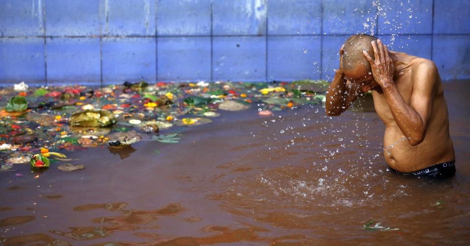 6.mai.2016 - Devoto se banha em águas sagradas em Matatirtha (Nepal), em memória à mãe, já morta, durante o dia das mães no Nepal