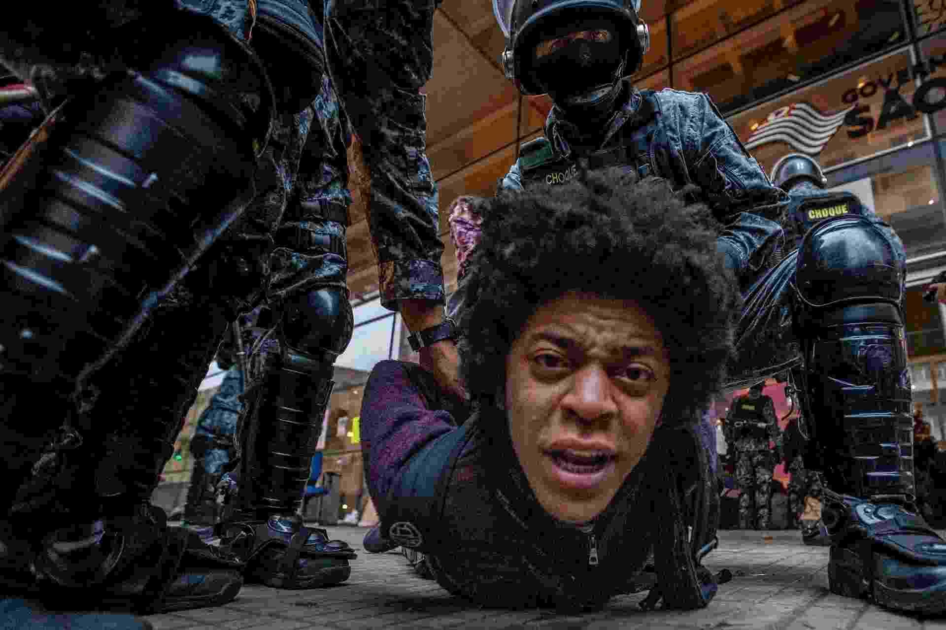 """6.mai.2016 - Policial retira estudante que ocupava o Centro Paula Souza, no centro de São Paulo. A PM cumpria reintegração de posse do prédio que estava ocupado por secundaristas desde o dia 28. Eles reivindicam alimentação nas escolas técnicas do Estado (etecs) e pedem punição ao envolvidos na chamada """"Máfia da Merenda"""" - Marlene Bérgamo/Folhapress"""