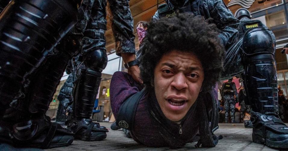 """6.mai.2016 - Policial retira estudante que ocupava o Centro Paula Souza, no centro de São Paulo. A PM cumpria reintegração de posse do prédio que estava ocupado por secundaristas desde o dia 28. Eles reivindicam alimentação nas escolas técnicas do Estado (etecs) e pedem punição ao envolvidos na chamada """"Máfia da Merenda"""""""