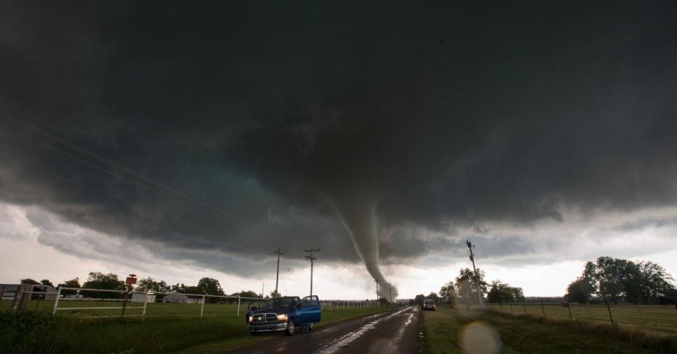 9.mai.2016 - Motoristas param na beira da estrada durante passagem de tornado pelo Estado norte-americano de Oklahoma. Inúmeras casas foram destruídas pela tempestade. Foram confirmadas as mortes de duas pessoas, uma delas de 76 anos