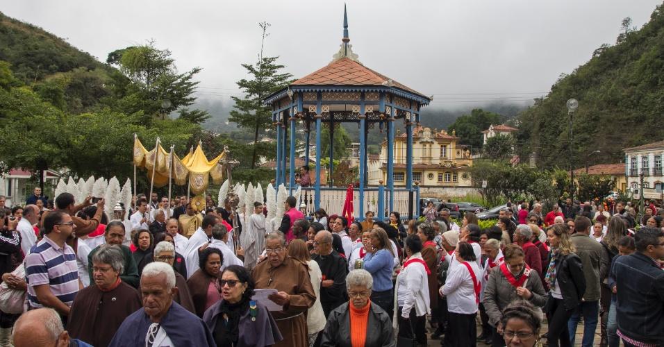 26.mai.2016 - Fiéis realizam procissão de Corpus Christi na cidade histórica de Ouro Preto (MG) nesta quinta