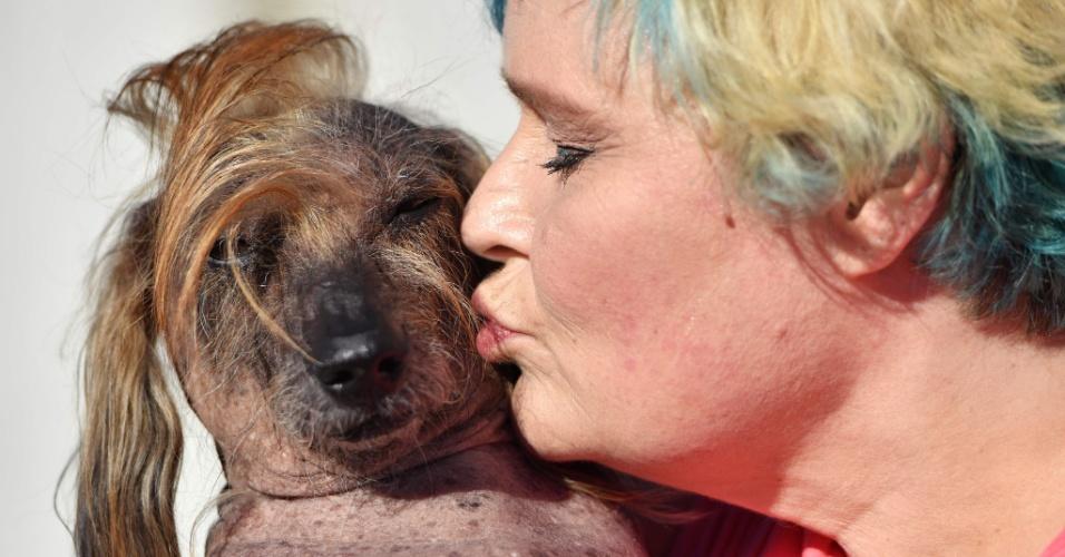 """24.jun.2016 - Himisaboo e sua dona, Heather Wilson, se apresentam no concurso de cachorro mais feio do mundo no Sonoma-Marin Fair em Petaluma, Califórnia, EUA. Ele é da raça Mutt e levou um """"penteado"""" no estilo do pré-candidato a presidente dos EUA, Donald Trump"""