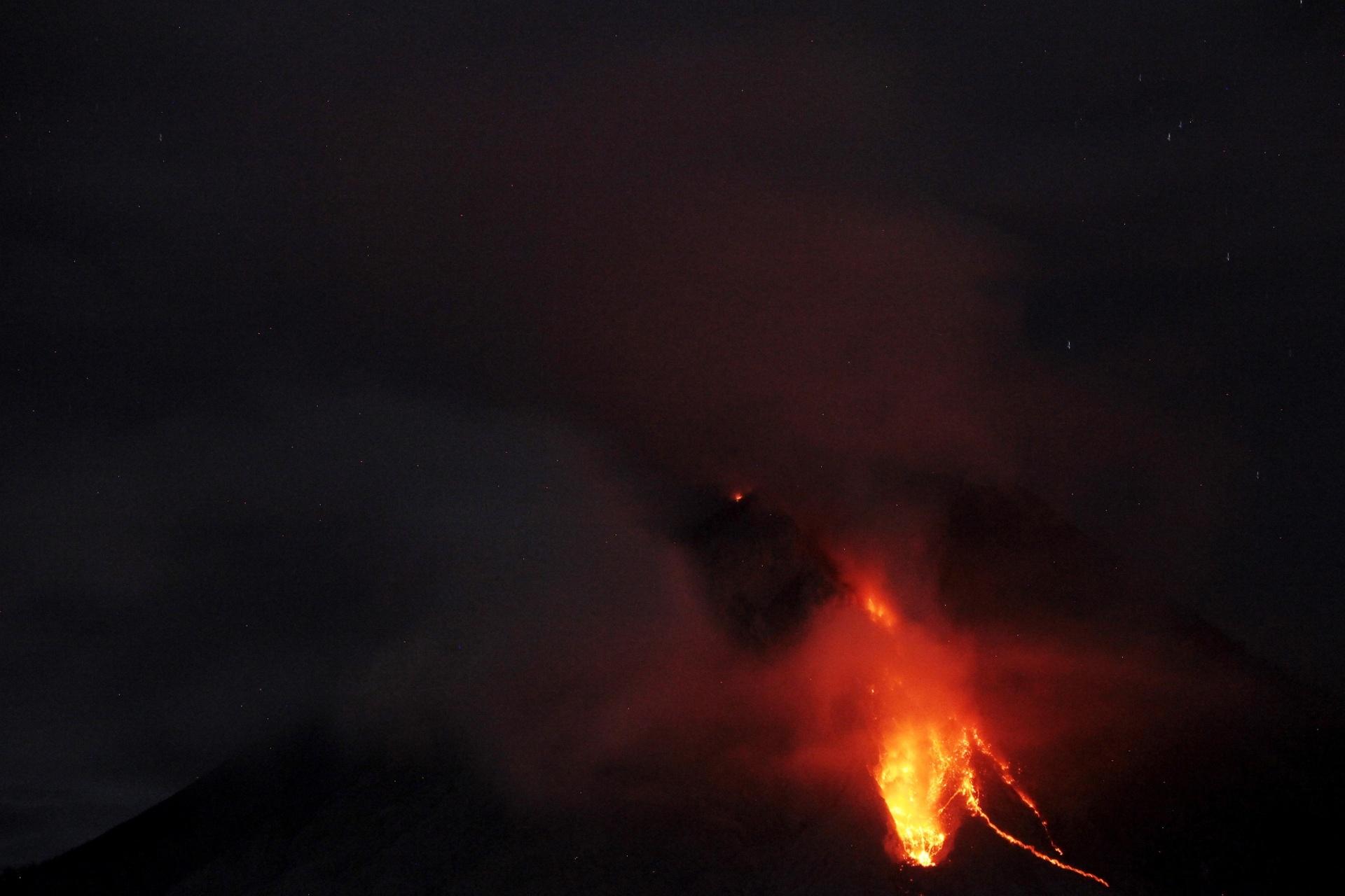 29.jul.2016 - O vulcão Monte Sinabung entra em erupção na aldeia Joya, na Indonésia