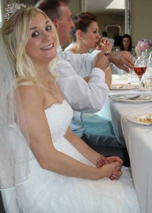 Samantha foi traída pelo marido, e está vendendo o vestido para pagar o divórcio